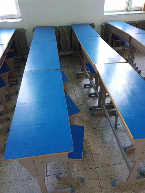 有15套双人学生用桌椅,八成新,无破损。整体出售!