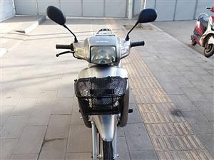 铃木110弯梁摩托车,九成新,两千多公里,好打火,爬坡动力强,车况自己看,需要的朋友抓紧时间,好车不...