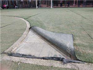 健身广场足球场破烂不堪无法使用