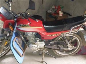出售钱江125摩托,八成新。车况很好,自己在外打工。就是过年回家骑了一下。