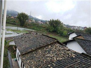汶龙镇上庄村遭遇强对流天气,多处瓦房,琉璃瓦被掀翻,损失严重