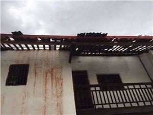 今天中午强对流天气,堪比台风!汶龙镇上庄村许多房顶被掀翻!