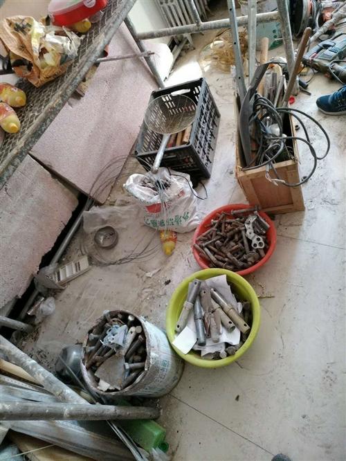 干了外墙保温的工具,脚手架两付带四个轮子,折得高橙四付,床板十五付,磨墙器,涂料喷涂机,给钱就卖,春...