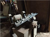 一整套正在使用的木工流水机械设备,有开料机,大压刨,小平刨机,小带锯,打眼机,立体铣床,磨刀机,刨光...