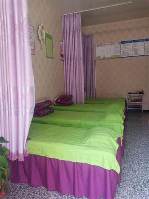四張美容床帶床罩,及毛巾消毒柜一個,九成新。質量好。需轉讓。