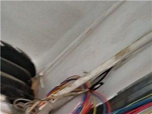 楼道内电线线路乱,让人害怕