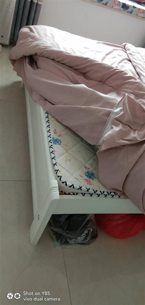 去年装修买的床,当时欠考虑买小了,现在想换大点的,出售以上图片上的床,规格1米5乘1米8的,价格80...