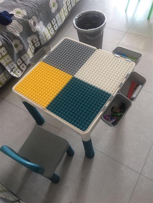 積木桌一個,小書桌一個,兒童書架一個