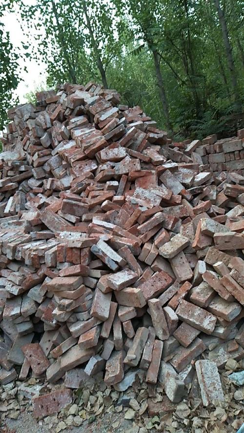 大量经销二手旧砖!?? ??  可供盖猪圈,羊圈,鸡舍,厂房等各类建筑使用![强][强]可免费供货...