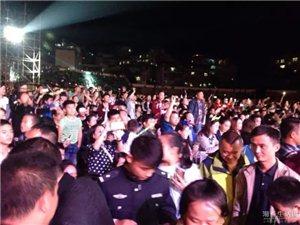 太不可思议!凤凰传奇在湘西带领万人齐跳广场舞