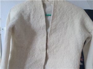 白色羊毛开衫,袖子跟后背是针织的,前边是纯羊毛的,买来穿不上不小心把吊牌扔了,看标签含量,懂货的带走...
