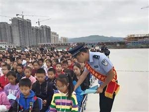清水车站派出所联合县公安局、护路办等单位在第八中学开展法制宣传活动!