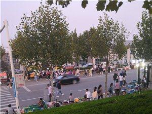 潍坊理工学院门口的摊贩们还我们一个安全的人行道!