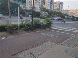 益王府路与瓜市路路口西北角人行道有一个窟窿,已经有好多天了,请过往人员,注意,注意,注意!